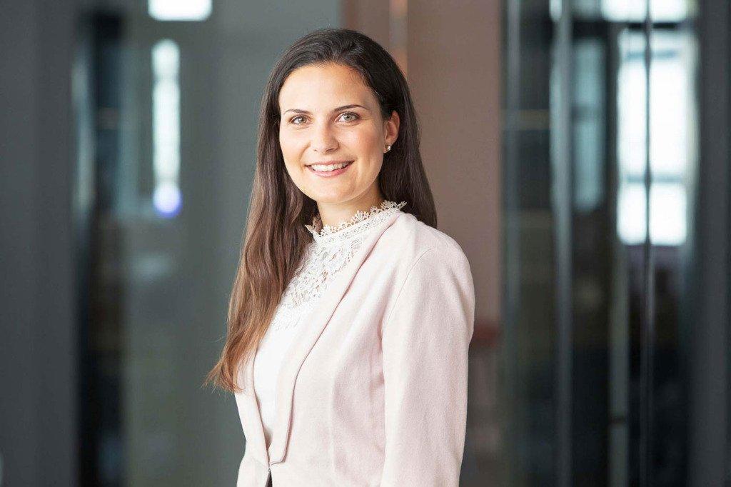 Mitarbeiterportrait von einer HR-Expertin, fotografiert im neuen Firmensitz in Heidelberg für die Recruiting-Seite seiner Firma Verivox