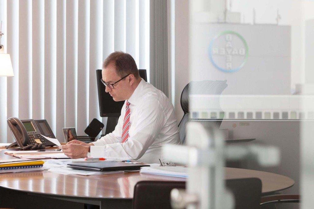 Reportageaufnahme von Andreas Fibig, CEO von Bayer Pharma. Schreibtischarbeit in seinem Büro in Berlin
