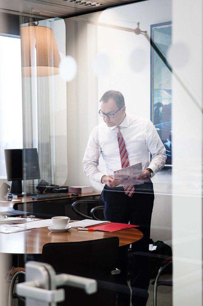 Reportageaufnahme von Andreas Fibig, CEO von Bayer Pharma. Arbeitsimpression aus seinem Büro in Berlin
