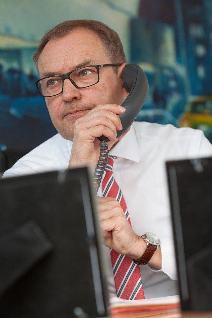 Reportageaufnahme von Andreas Fibig, CEO von Bayer Pharma. Telefonat in seinem Büro in Berlin
