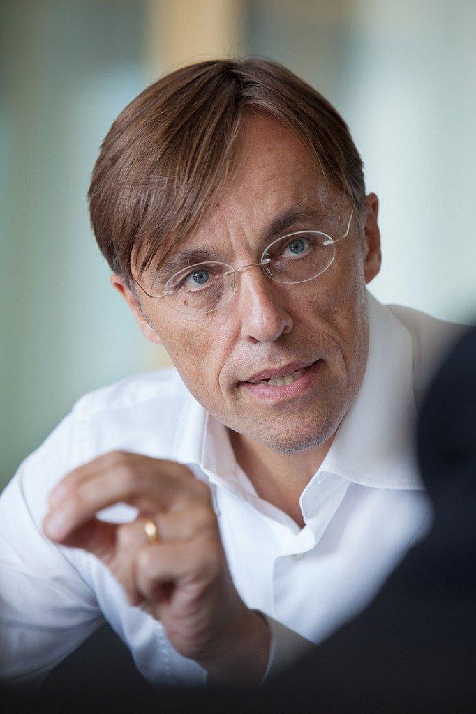 Close-Up des Axel Springer-Vorstands Andreas Wiele mit Handgeste während eines Interviews