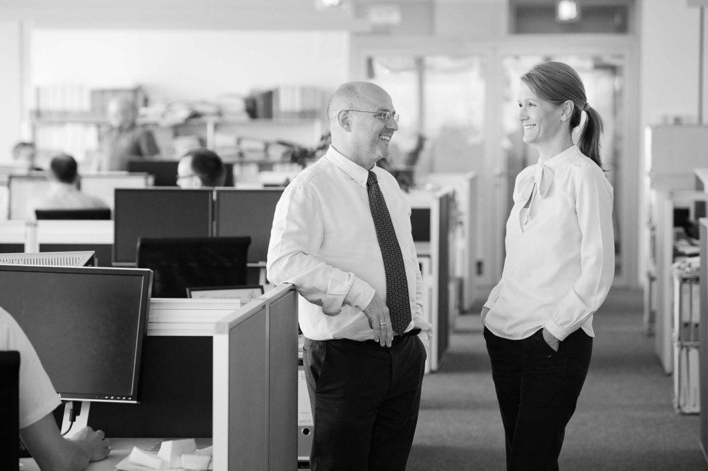 Zwei Manager der Bauingenieursgesellschaft Arup unterhalten sich im Großraumbüro der Firma in Berlin