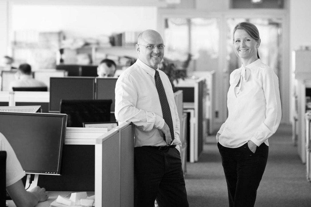 Doppelportrait von zwei Managern der Ingenieurs-Gesellschaft Arup in dessen Berliner Geschäftsräumen