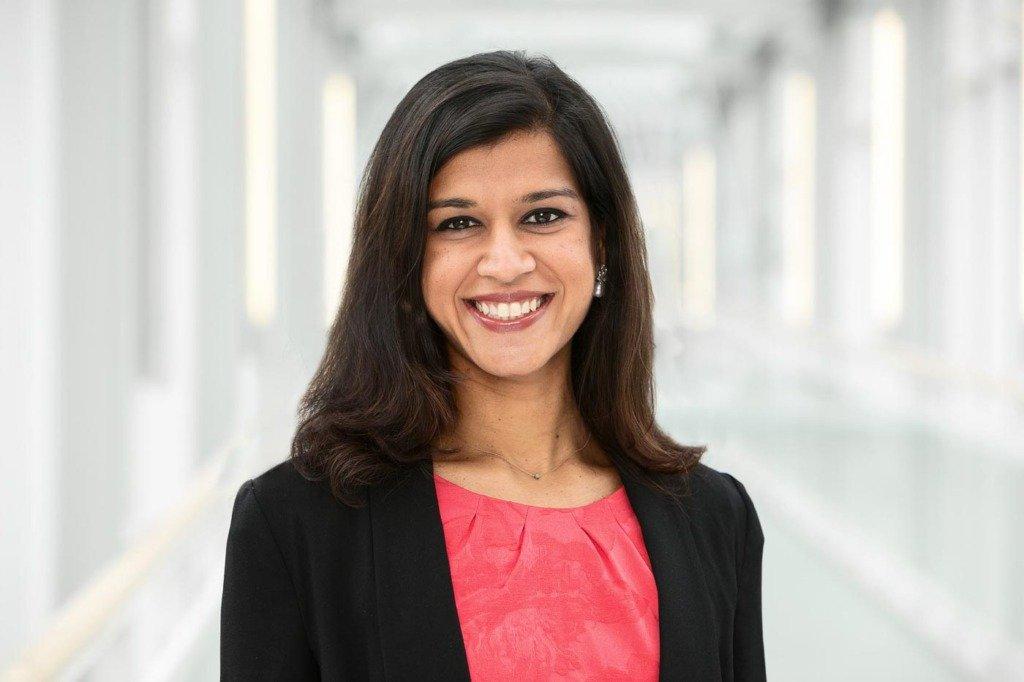 Junge indische Managerin und Wissenschaftlerin der Bayer AG lächelt in die Kamera.