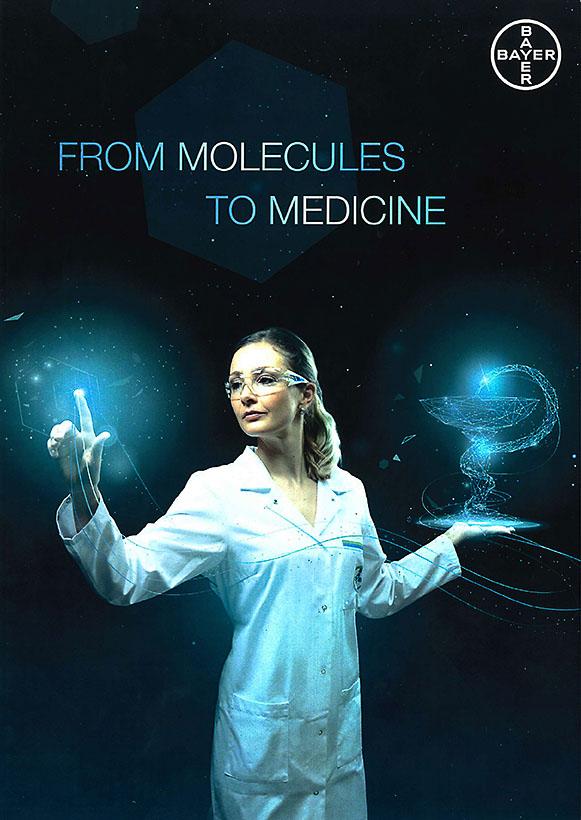 Bayer-Testimonial im Chemie-Labor-Kittel samt Schutzbrille arbeitet im virtuellen Raum
