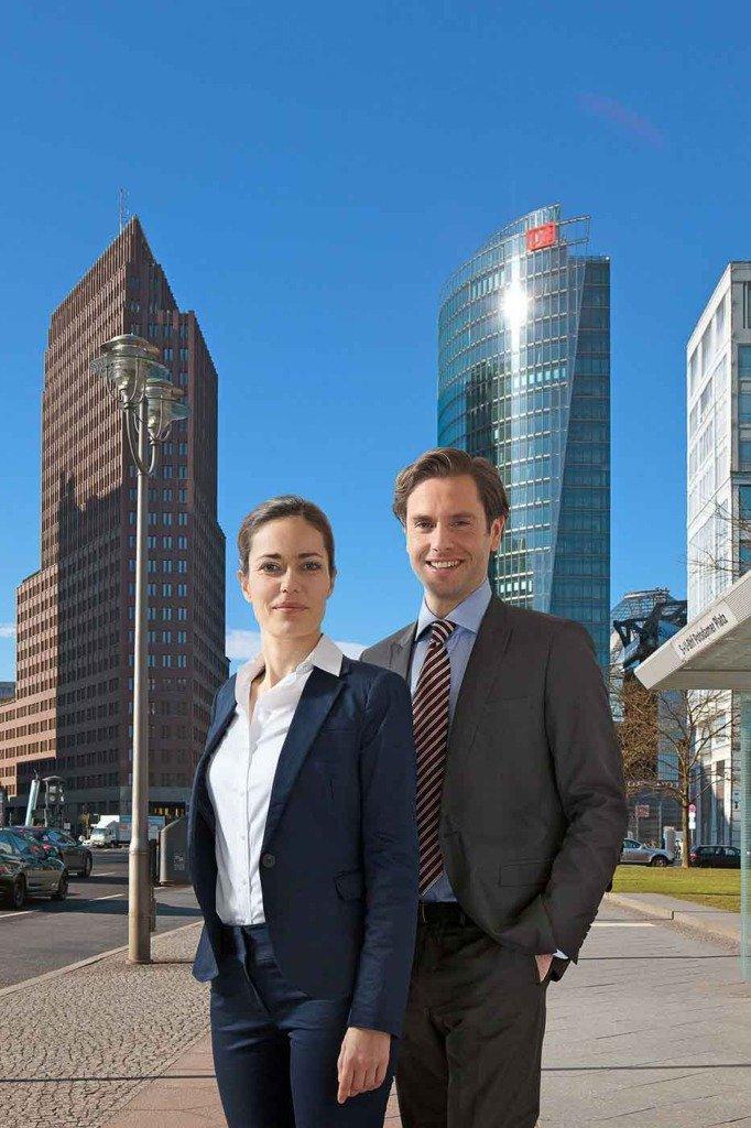 People-Aufnahme für das Berlin Marketing von zwei Menschen im Business-Outfit vor der Skyline des Potsdamer Platzes