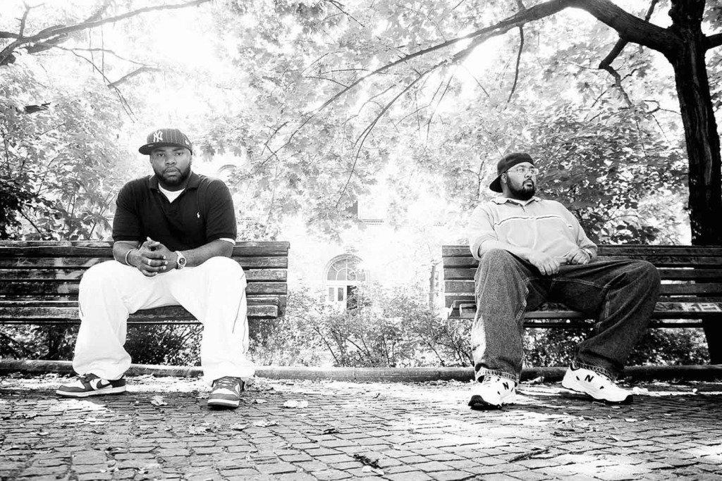 Die beiden Musiker der US-amerikanischen Hip Hop Band Blackalicious sitzen im Berliner Mariannenplatz