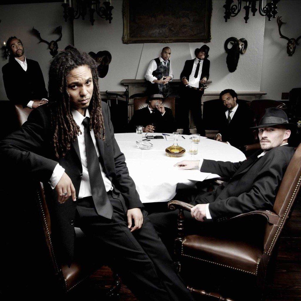 Die deutsche Musikformation Brothers Keepers posiert in schwarzen Anzügen für ein Single-Cover