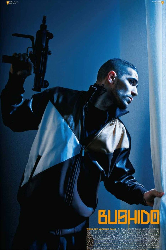 Der deutsche Rapper Bushido Foto für das Magazin Juice, in dem er mit Maschinenpistole aus dem Fenster schaut - eine Hommage an ein Foto von Malcolm X