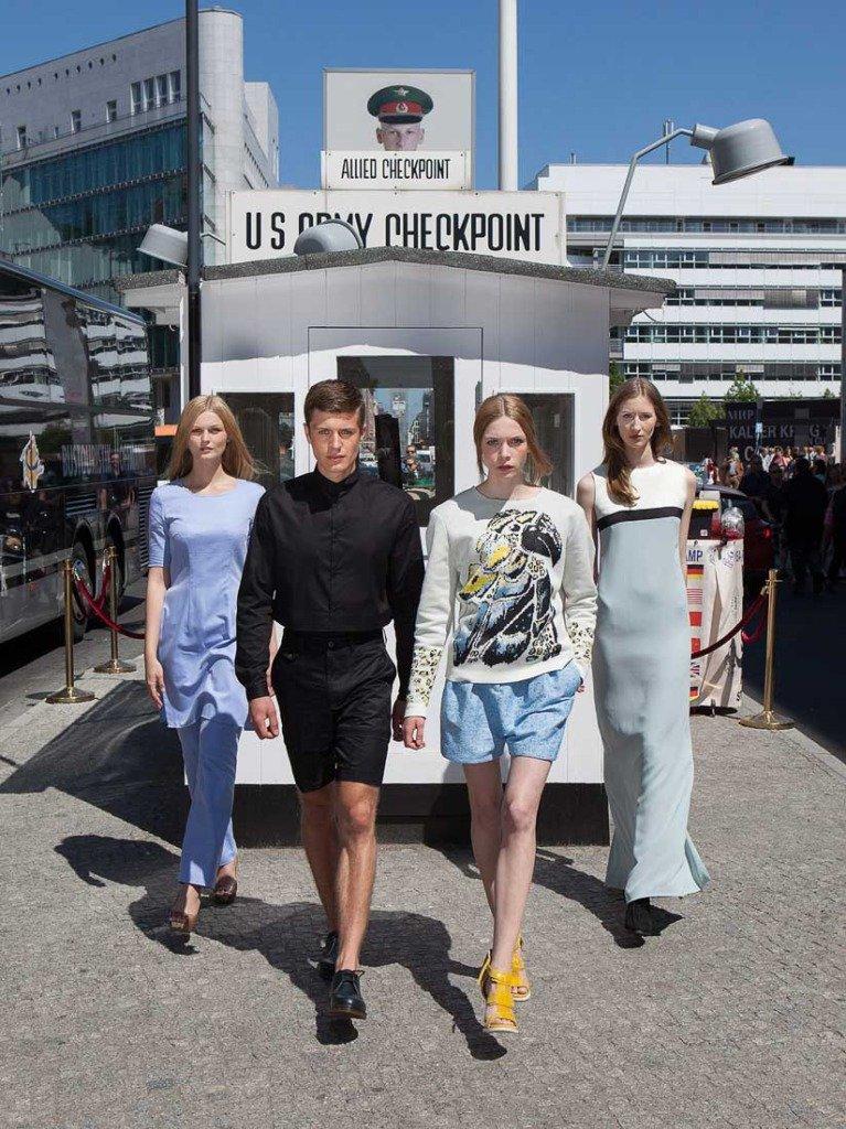 Titelfoto von vier Models vor dem Checkpoint Charlie in Berlin. Veröffentlichung in Women's Wear Daily