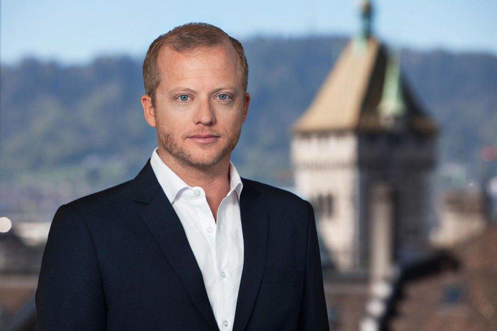 Businessportrait eines Managers des Schweizer Vergleichsportals Comparis vor dem Turm des Züricher Landesmuseums