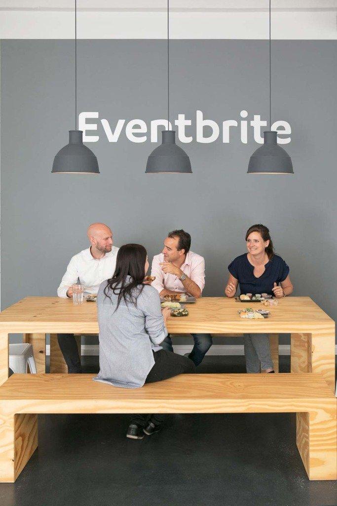 Angestellte machen ein Lunchbreak in der Bürokantine des Berliner Unternehmens Optivo