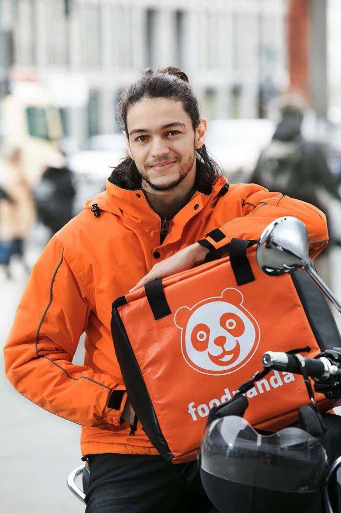 Werbe-Shooting mit Foodpanda-Essens-Auslieferer auf Motorroller