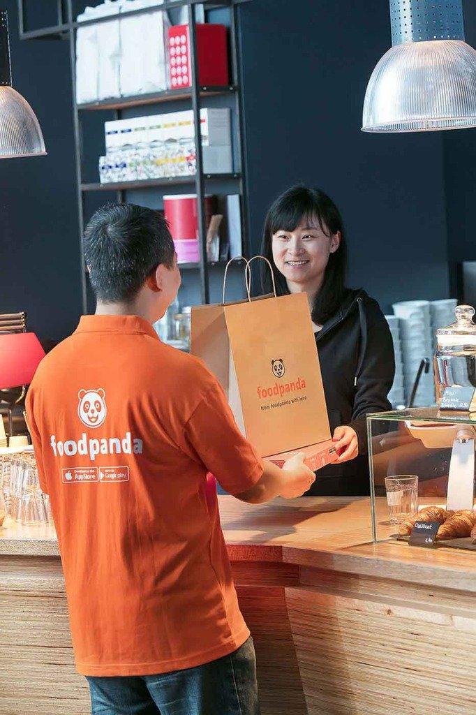 Foodpanda-Lieferant holt Essen bei einem Restaurant ab