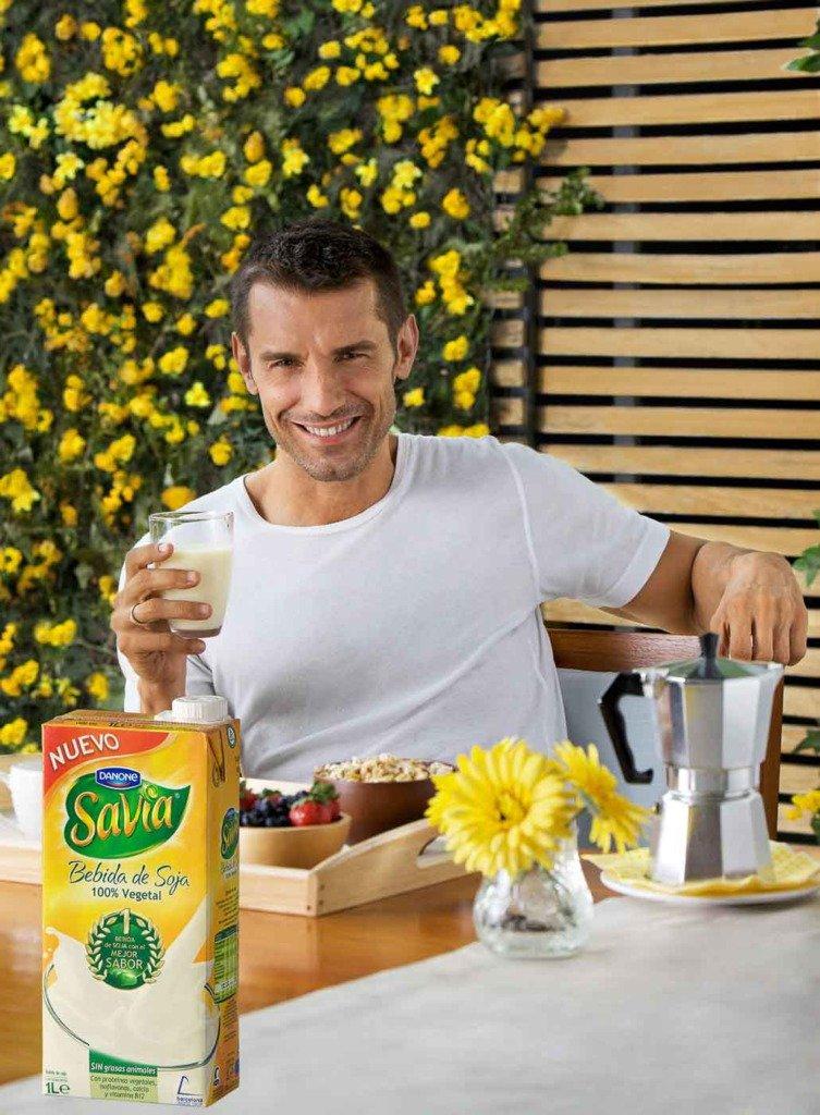 Der spanische TV-Moderator jesus vazquez geniesst ein Glas Soyamilch zum Frühstück. Er wirbt als Testimonial von Danone für Savia Sojamilch.
