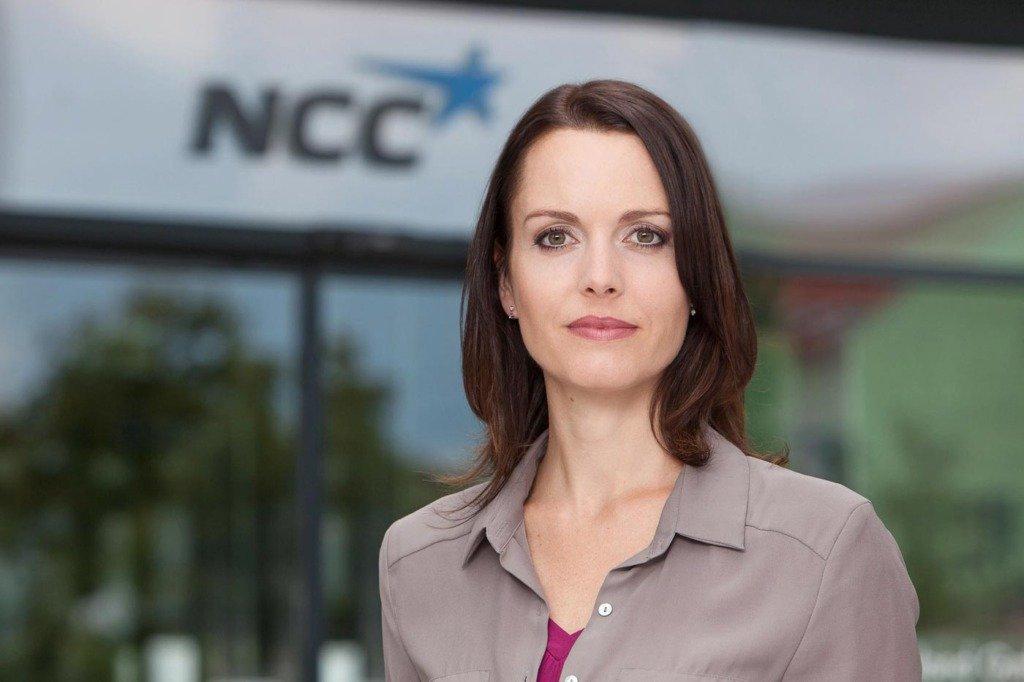 Managementportrait der Kommunikationsexpertin Katja Kargert vor dem Firmensitz von NCC in Deutschland