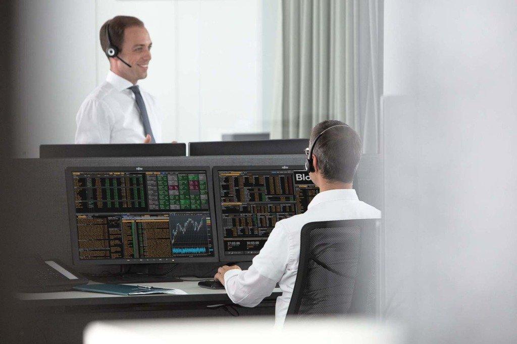 Finanzexperten des Staatsfonds KENFO bei Ihrer Arbeit im Berliner Hauptquartier