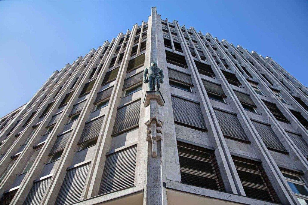 Ansicht der Aussenfassade des expressionistischen Hauptquartiers des Staatsfonds KENFO