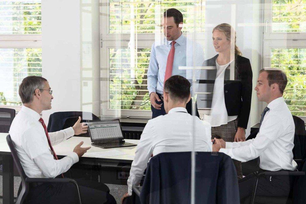 dynamische Meetingsituation von KENFO Finanzspezialisten im Berliner Büro