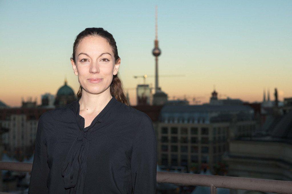 Dominique Kulling, Deutschlandchefin der Bertelsmann Music Group steht auf einer Dachterrasse der Firma mit dem Berliner Fernsehturm im HIntergrund