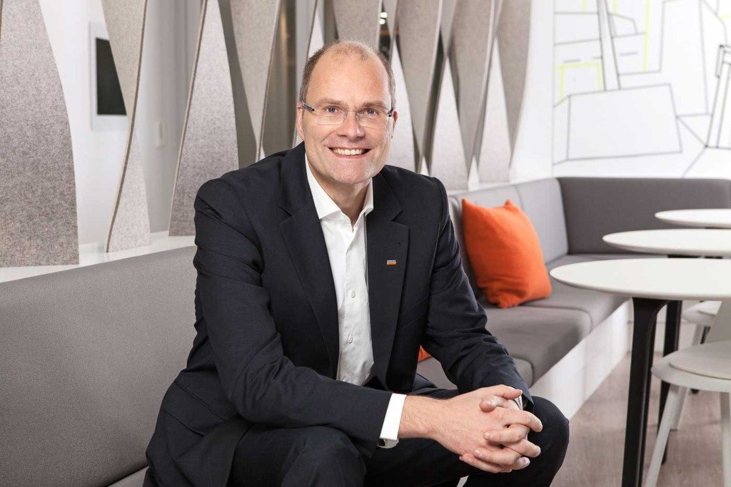 Als CEO von Immobilien Scout wurde Marc Stilke in einer Lounge des Unternehmens in Berlin portraitiert