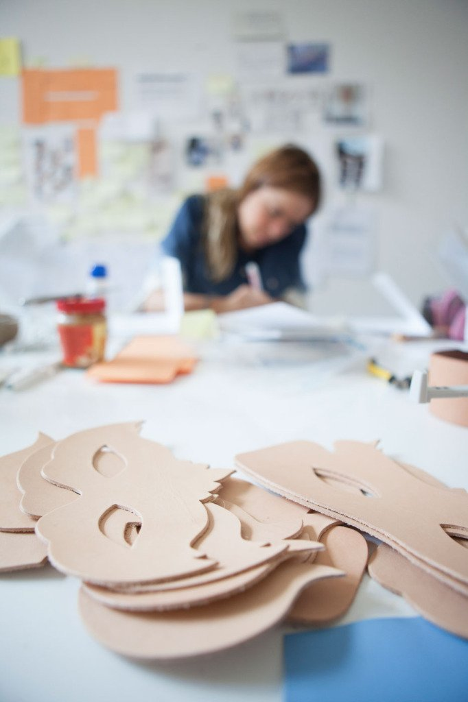 Rohlinge für Ledermasken. Marina Hoermanseder kreiert im Hintergrund ihre Showroomkollektion. Fetisch-Mode-Atelier in Berlin. Fotodokumentation für WWD