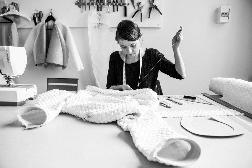 Näherin erstellt die Showroomkollektion der Fetisch-Mode-Designerin Marina Hoermanseder im Atelier in Berlin. Fotodokumentation für WWD