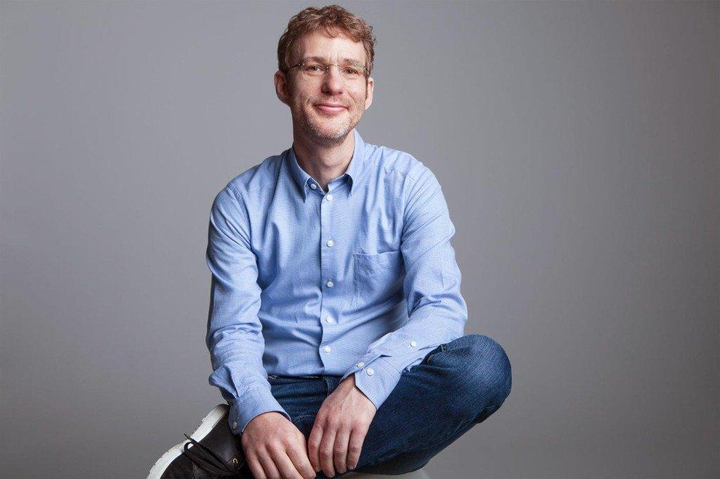 Markus Witte, der CEO des Sprachlernunternehmens Babbel sitzt in casual business Outfit in einem Fotostudio und guckt in die Kamera