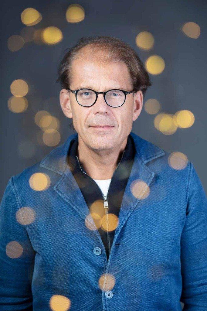 Titelfoto von Martin Stroemqvist, Vorstandsvorsitzenden der Firma Universum, mit gelben Lichteffekten für das Inside-Magazin von Axel Springer