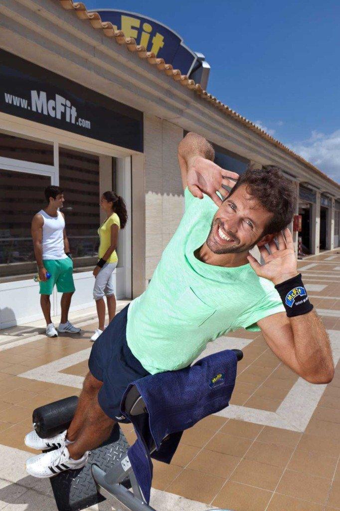 Werbekampagne mit sportlichen Models in einem Open-Air-Fitnessstudio von McFit