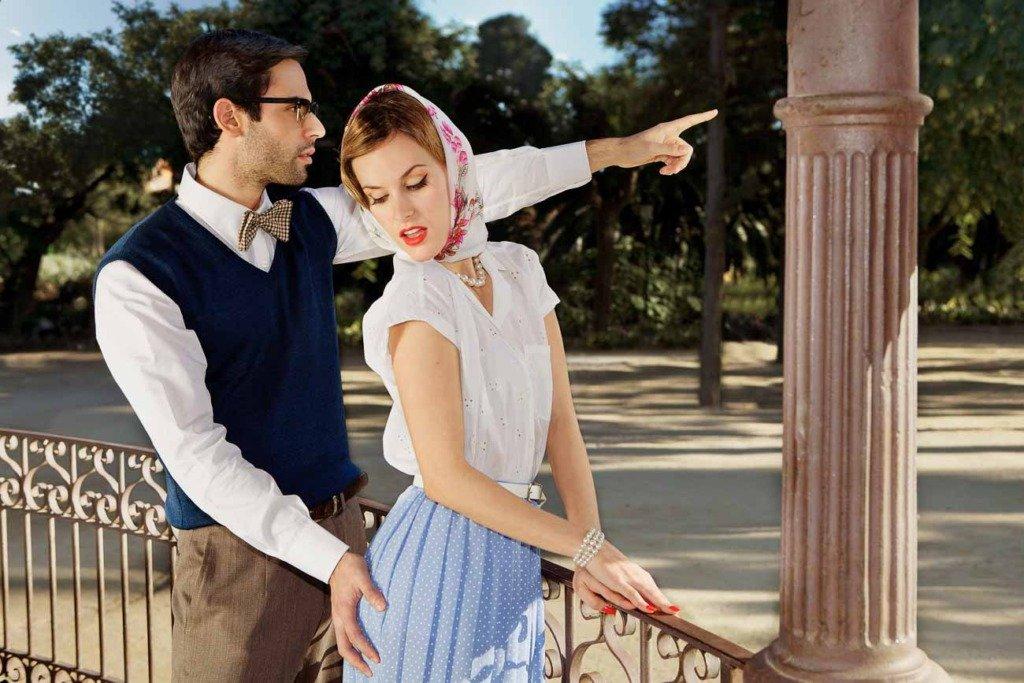 Mann greift seinem Date an den Hintern. Vintage-Modefoto im Park Ciutadella Barcelona