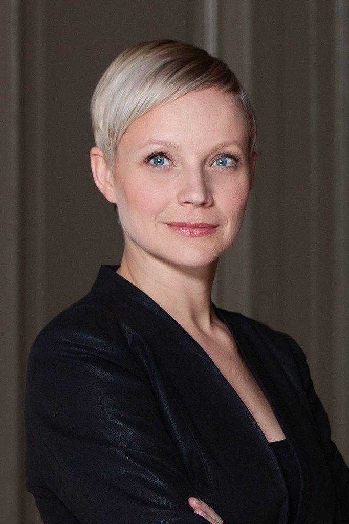 Frau Anja Klausch, Geschäftsführerin der Designagentur minigram trägt einen eleganten dunklen Blazer in diesem B2B-Portrait in den Räumen des Unternehmens