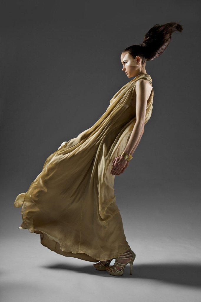 griechische gottheiten - eigene arbeit. Model steht im Abendkleid in einem Fotostudio mit Windmaschine