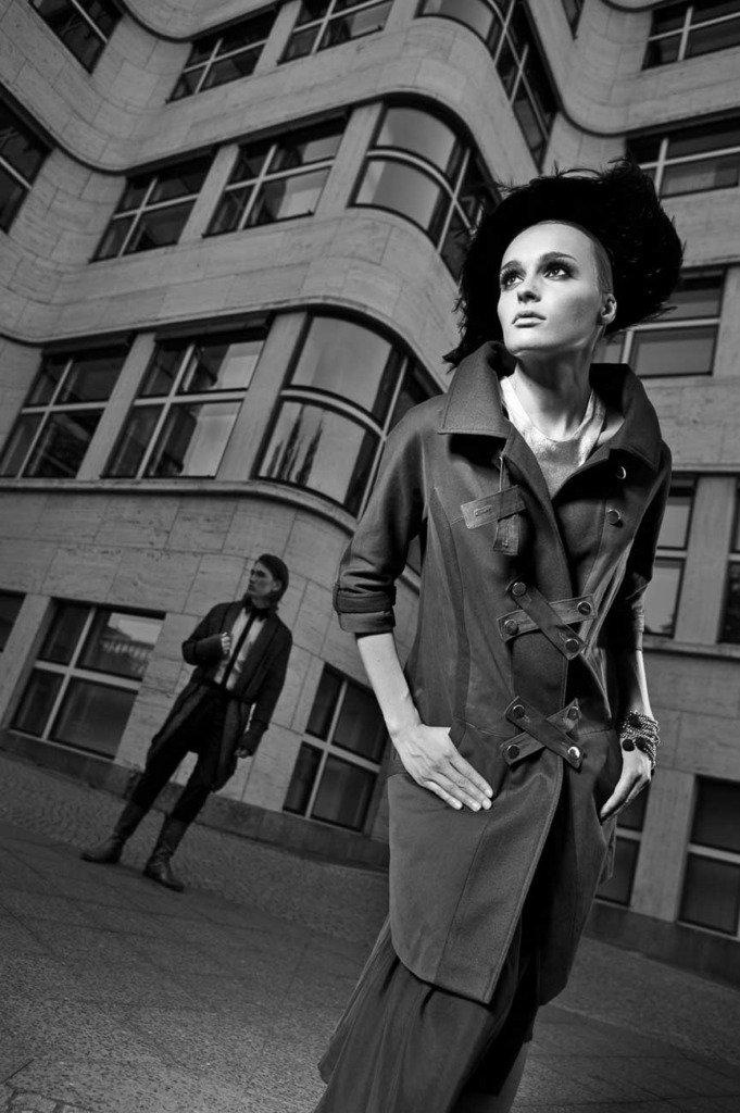 Schwarz-Weiss-Modefoto von einer elegant gekleideten Frau vor dem Berliner Shell-Haus. Amerikanische Nacht als Lichteffekt.