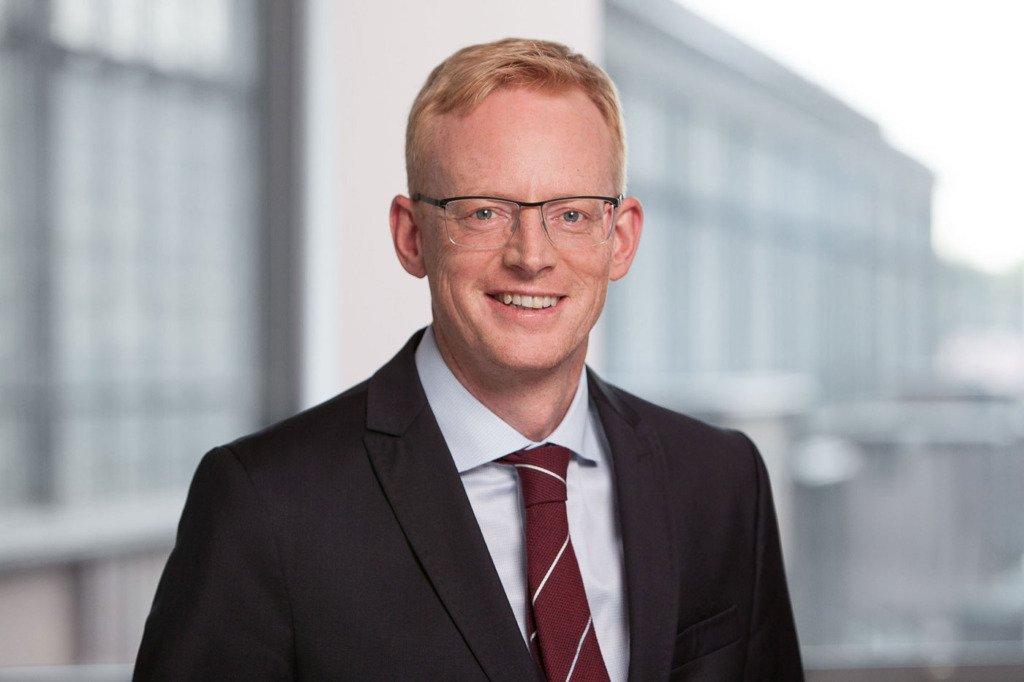 Herr Uwe Müller, Geschäftsführer der Steuerberatung ATC wurde für Pressezwecke im Meetingraum des Unternehmens fotografiert. Im Hintergrund erscheint der Bahnhof Berlin Friedrichstraße