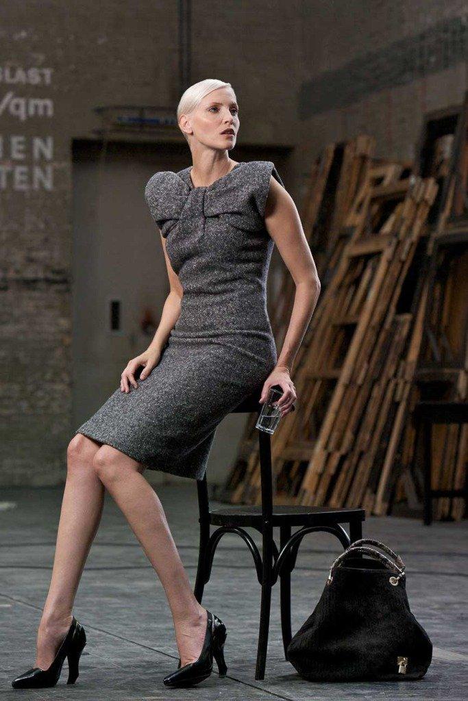 Topmodel Nadja Auermann lehnt an einem Stuhl im Backstage der Deutschen Oper Berlin