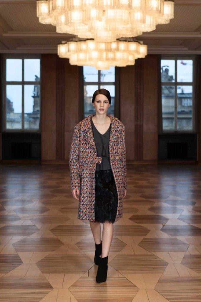 Fashionmodel geht im Kronprinzessinnenpalais Berlin mit einem Outfit von Odeeh durch einen Saal. Für Women's Wear Daily