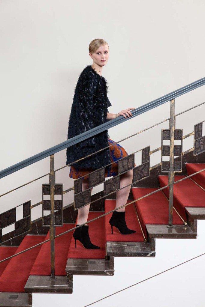 Fashionmodel geht im Kronprinzessinnenpalais Berlin mit einem Outfit von Odeeh eine Treppe hoch. Für Women's Wear Daily