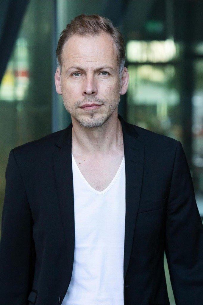 Der PR-Experte Oliver Kottwitz, läuft für das Biz-Portrait direkt auf die Kamera des Fotografen Matti Hillig zu