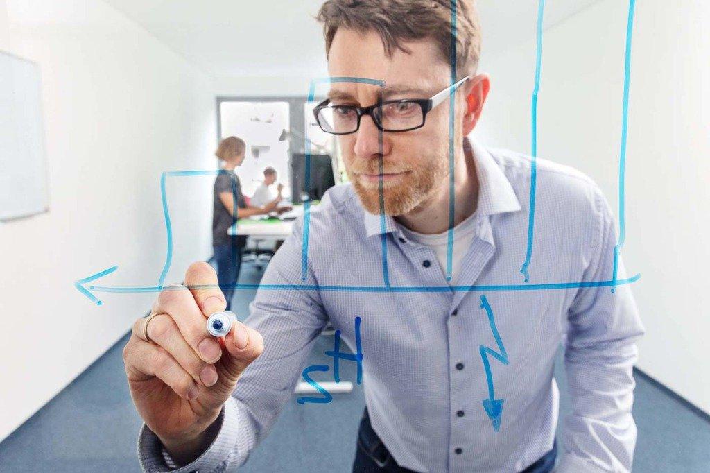 Eine Datenanalyst erstellt ein Grafik im Büro der Berliner Prognos AG