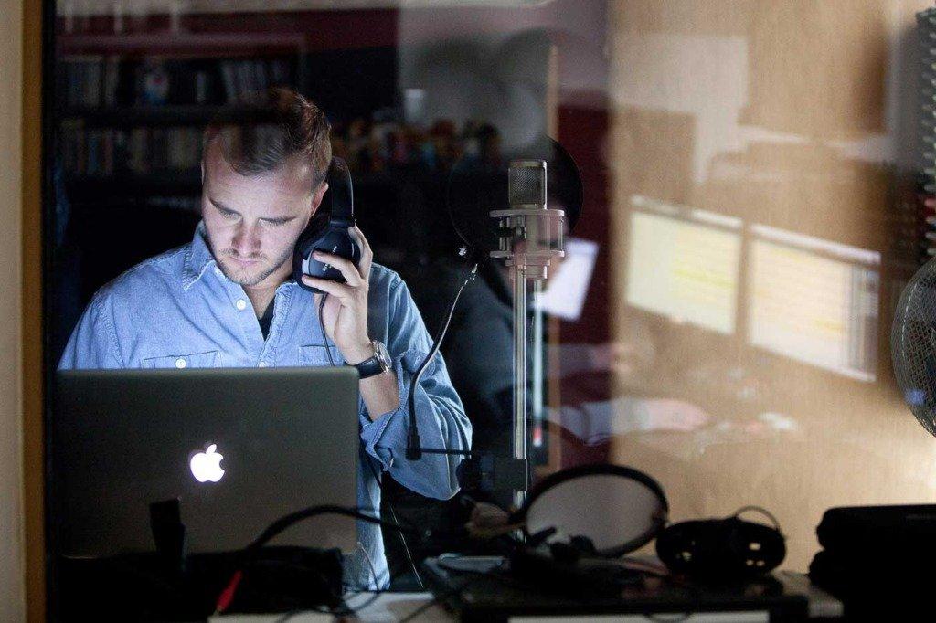 Rapper rasmus brandt lauridesen steht in der Aufnahmekabine des Phlexton-Musikstudios und arbeitet am Laptop an seinen Tracks