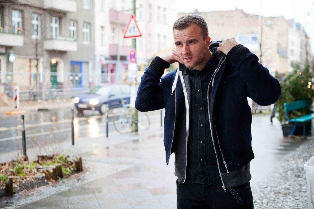 Rapper rasmus brandt lauridesen geht durch den Regen in der Schlesischen Straße Berlin Kreuzberg
