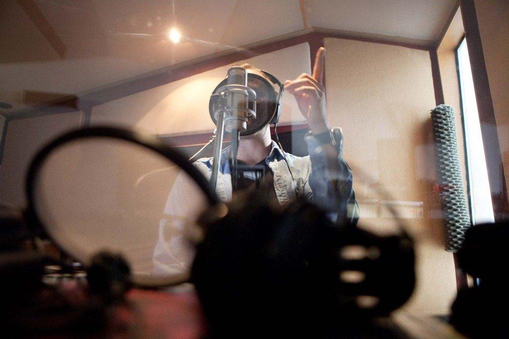 rasmus brandt lauridesen rappt in der Aufnahmekabine des Phlexton-Musikstudios ins Mikrofon