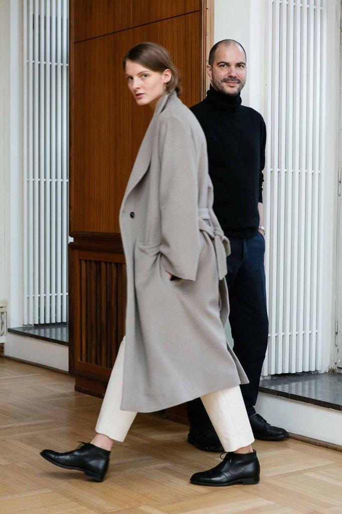 Der Frankfurter Modedesigner René Storck wurde von Matti Hillig mit einem Model portraitiert, welches seine Kollektionsstücke zeigt.