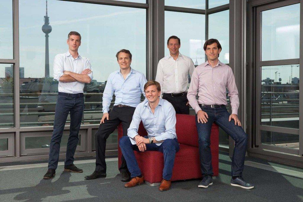 Oliver Samwer und sein Vorstandsteam von Rocket Internet posieren vor dem Berliner Fernsehturm im Casual Business-Outfit