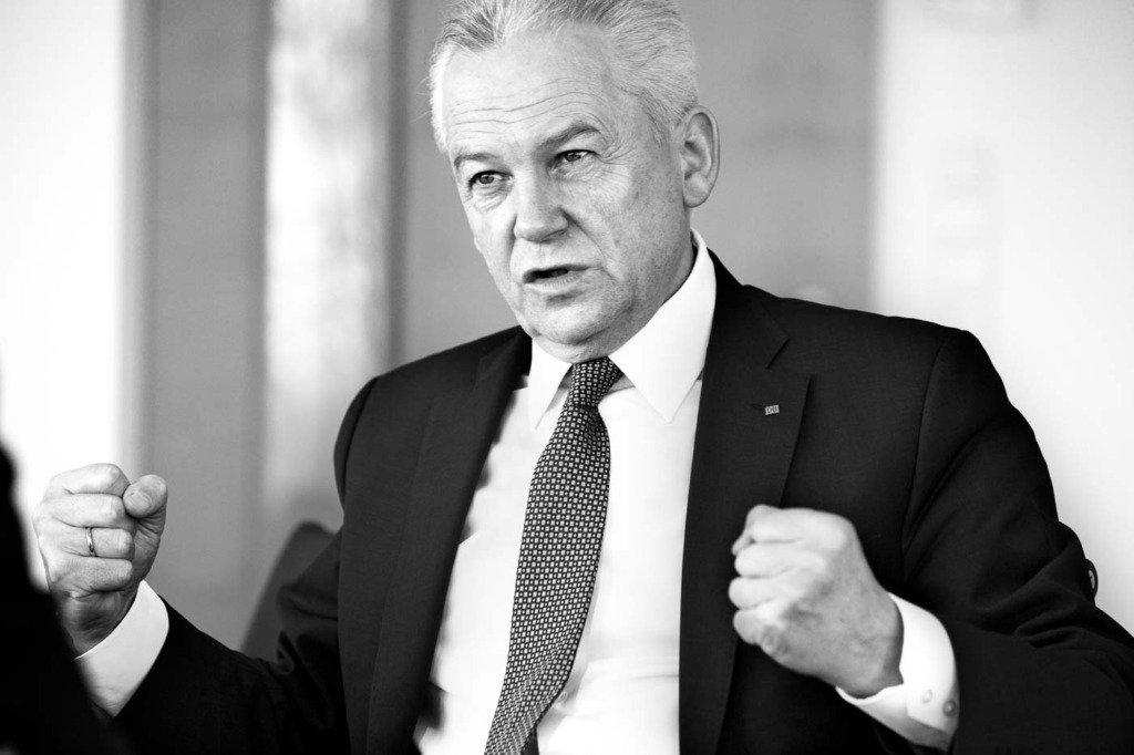 Interview-Foto des Vorstandsvorsitzenden der Deutschen Bahn, Rüdiger Grube, welcher mit seinen Fäusten eine kraftvolle Geste macht