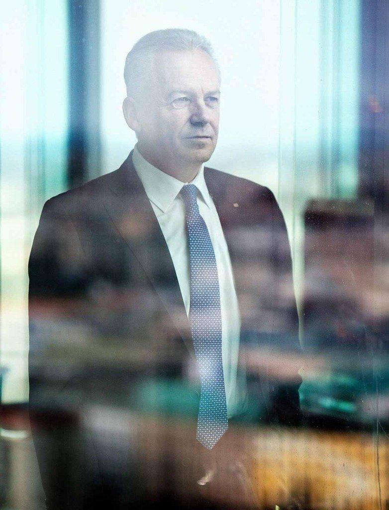 Editorial-Portrait des Vorstandsvorsitzenden der Deutschen Bahn, Rüdiger Grube, welcher aus dem Fenster seines Büros im Berliner Bahntowers guckt.