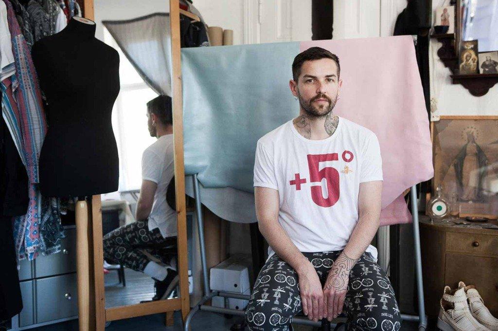 WWD veröffentlichte ein Porrtrait von Modedesigner Sasa Kovacevic in seinem Atelier in Berlin