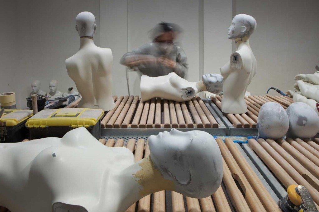 Arbeiterin bearbeitet eine Schaufensterfigur - mit Langzeitbelichtung