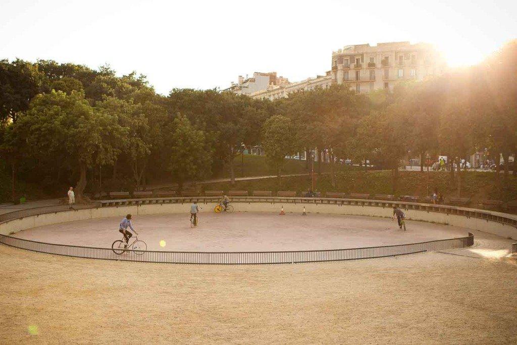 Fahrradpolo-Spieler in einer Spiel-Situation in einem Open-Air-Platz in Barcelona. Die Sportler tragen Kleidung der Marke SPRT.